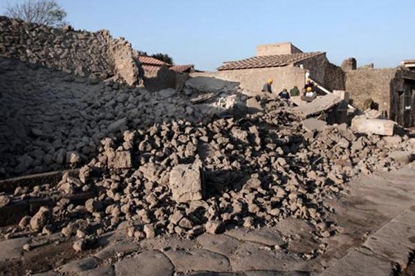 SMA__0003_6 - Crollo Domus dei Gladiatori a Pompei